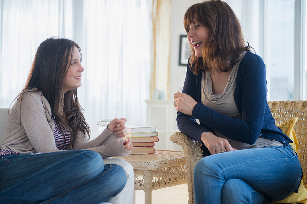 Una adolescente tiene una conversación casual con su madre